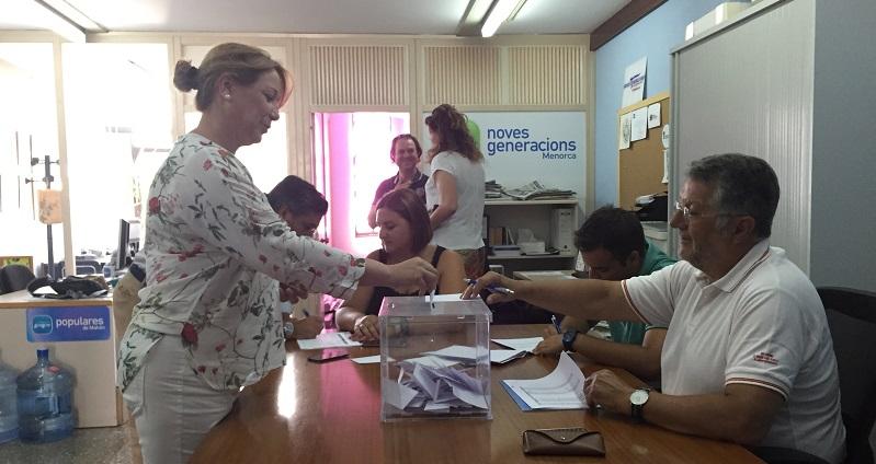 Agueda Reynés votando en Maó