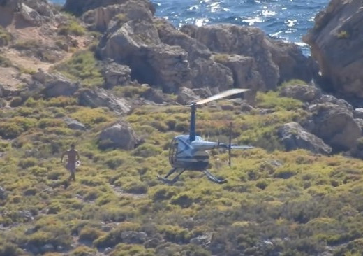 (Fotos) Se lanza desde un helicóptero para bañarse en un espacio protegido