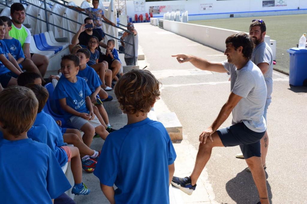 Raúl, con los pequeños (Foto: Víctor Cicuéndez)