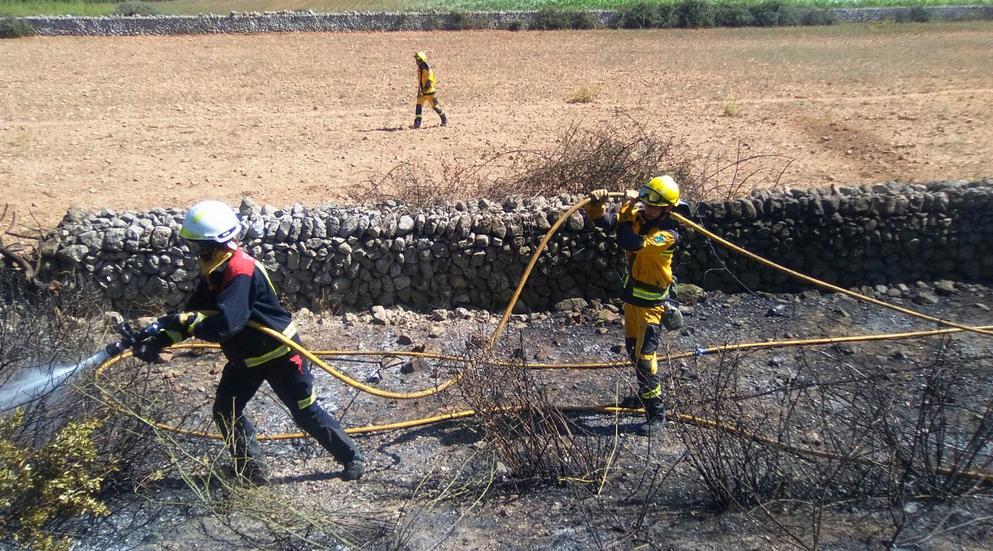 Imagen de los bomberos trabajando en el incendio. Foto IBANAT
