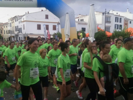 (Fotos y vídeo) Una multitud corre en Es Mercadal por una causa solidaria