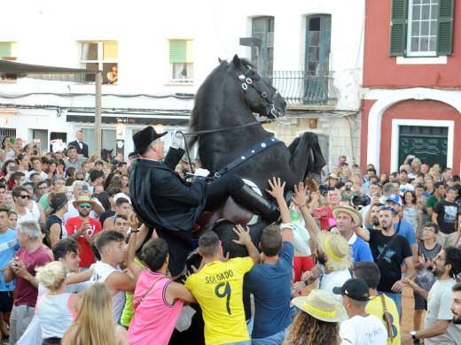 (Fotos y vídeo) Es Castell ya disfruta de Sant Jaume