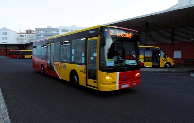 Autobús en la estación de Maó.