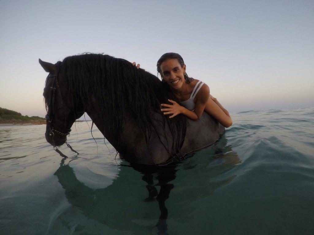 Carbonell, a lomos de un caballo en el mar.