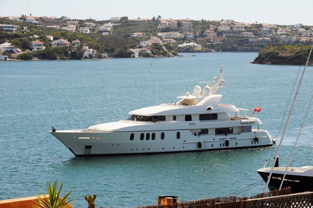 El yate Rahal, este miércoles en el puerto de Maó.