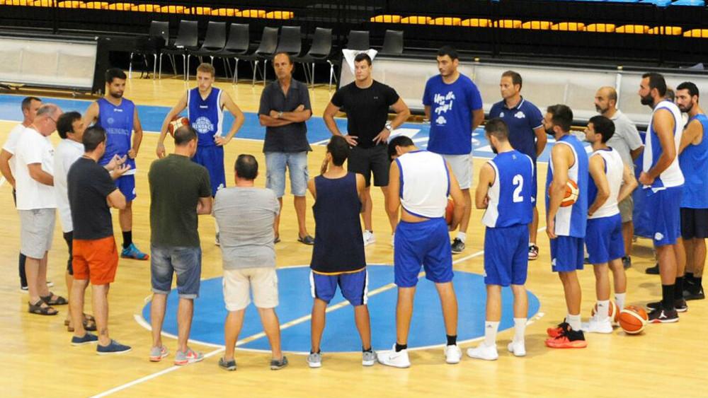 Plantilla, cuerpo técnico y jugadores en la pista (Fotos: Tolo Mercadal)