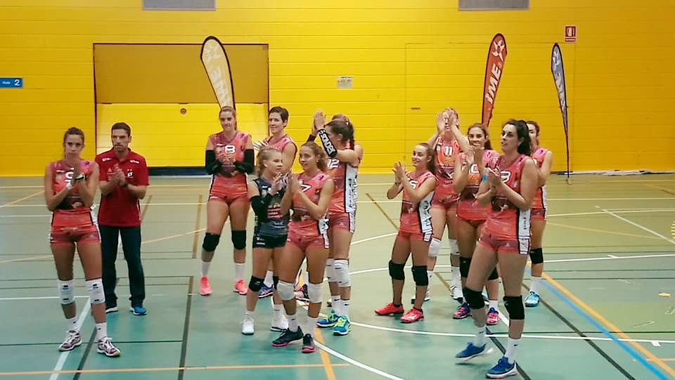 Las jugadoras, saludando tras el triunfo (Foto: CV Ciutadella)