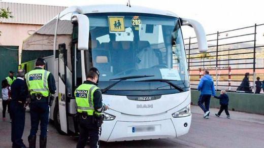 Inspección a un autobús escolar.