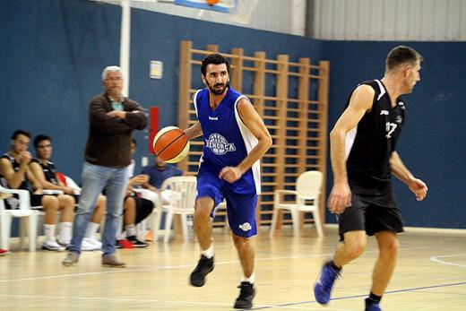 Dani García bota la pelota en un partido de pretemporada (Foto: deportesmenorca.com)