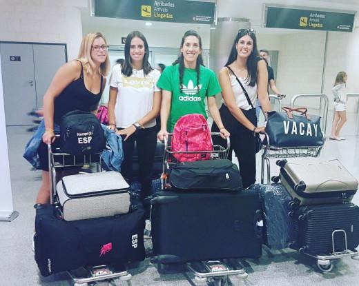 Algunas de las jugadoras, ayer a su llegada al aeropuerto.