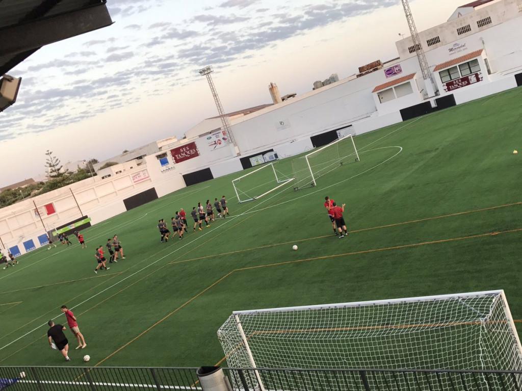 Los equipos juveniles y de Regional, entrenando en Los Pinos (Foto: CE Alaior)