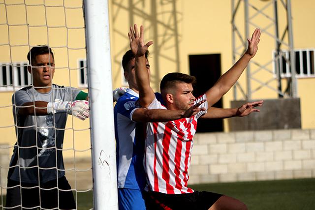 Huéscar, ante un defensa en un córner (Fotos: deportesmenorca.com)