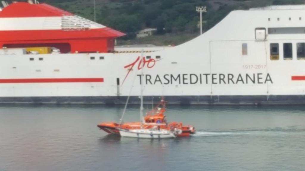 Momento del rescate del velero (Foto: Juan Valdelvira)