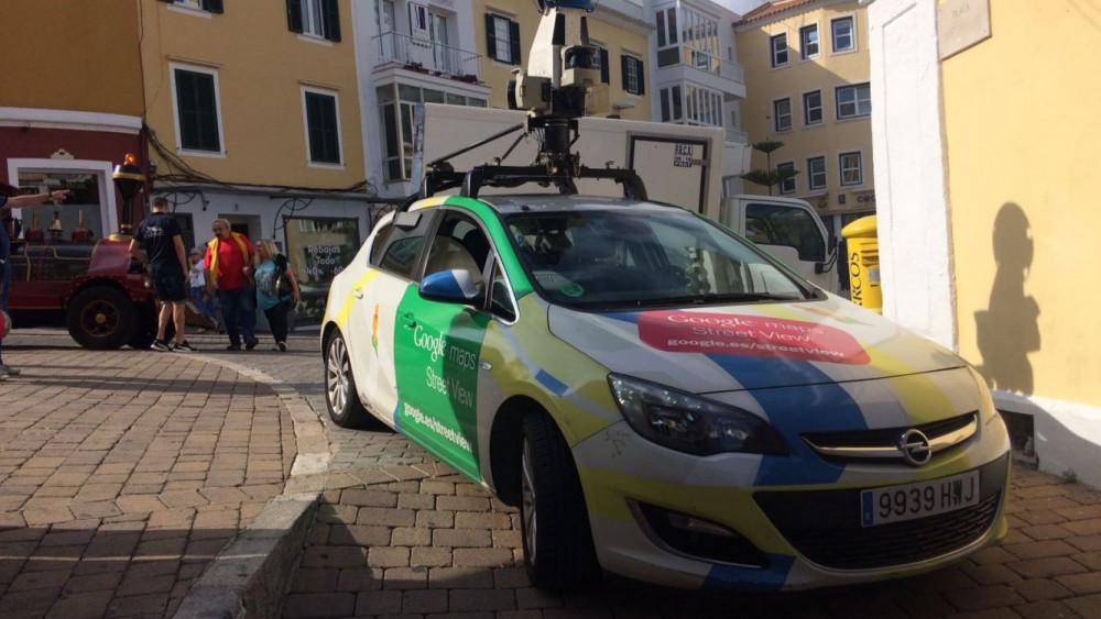 Uno de los coches de Google, en el centro de Maó (Fotos: Tolo Mercadal)