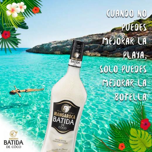 Imagen promocional de la bebida con una playa de Menorca.
