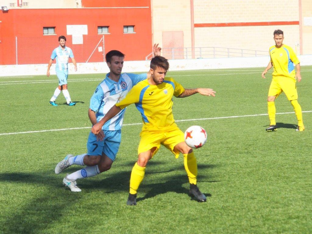 Izan controla ante un rival (Foto: futbolbalear.es)