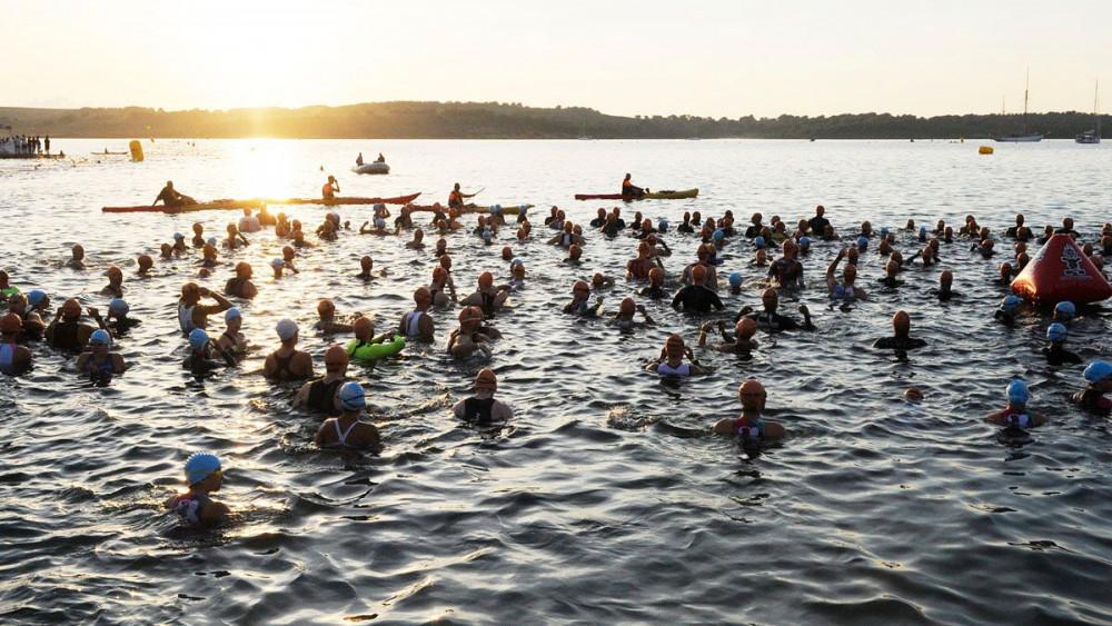 Los triatletas, antes de tomar la salida en la natación (Fotos: Tolo Mercadal)