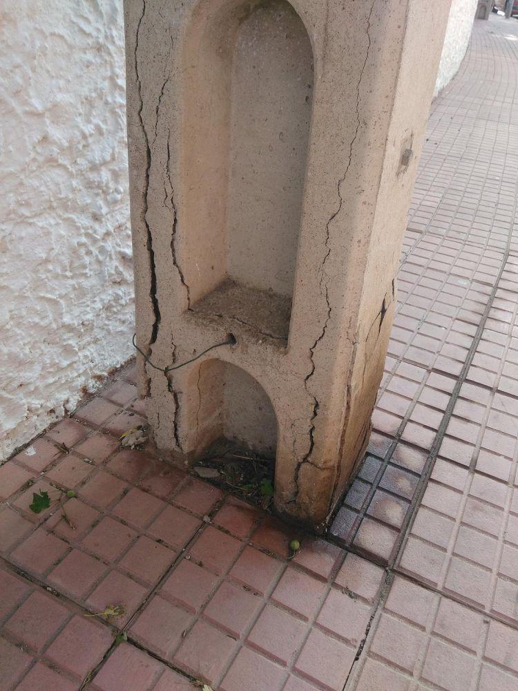 Las mascotas también mojan el poste
