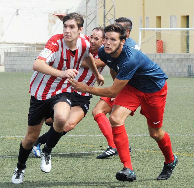 Biel y José Enrich persiguen un balón (Foto: futbolbalear.es)