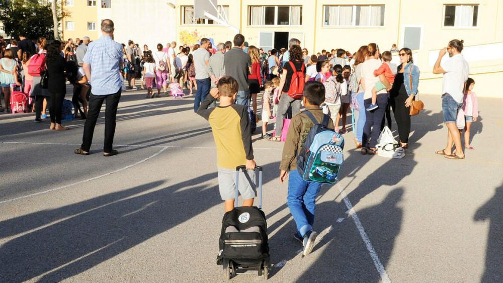 Alumnos en su primer día de clase en un colegio de Maó (Foto: Tolo Mercadal)