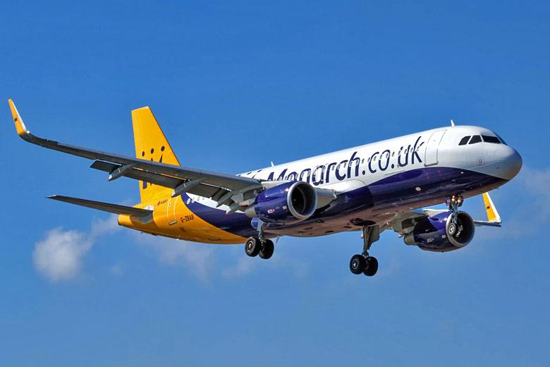 Avión de la compañía Monarch en pleno vuelo.
