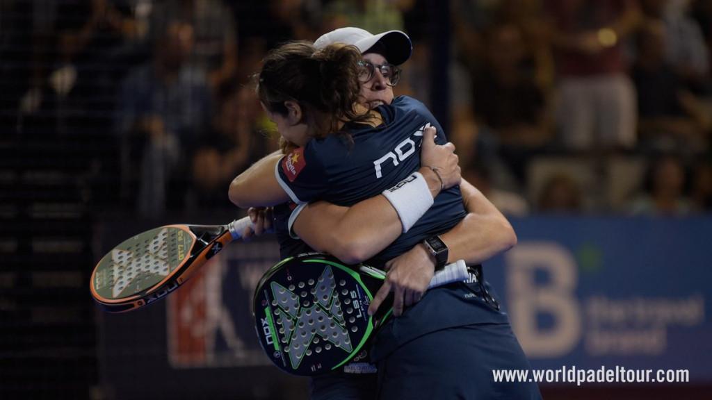 Abrazo tras la victoria.