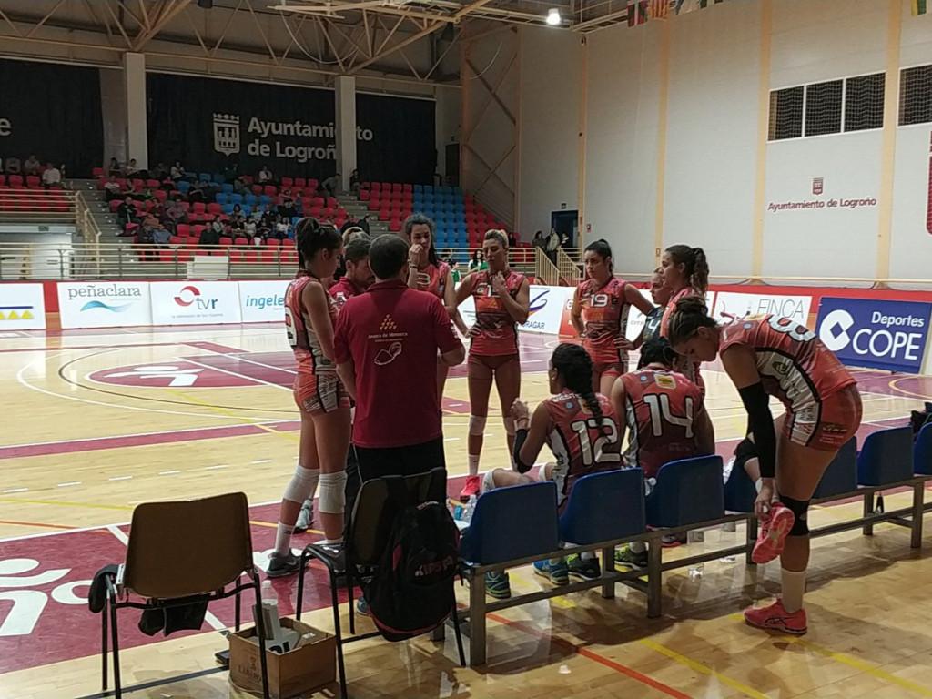 Tiempo muerto en un momento del partido (Foto: Voleibol Logroño)