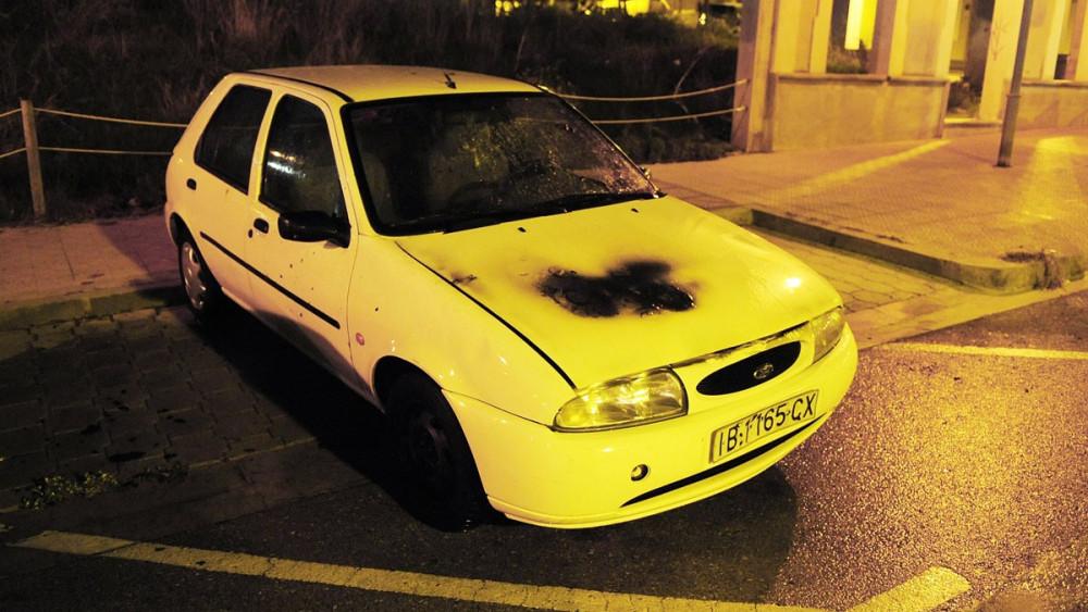 El vehículo incendiado.
