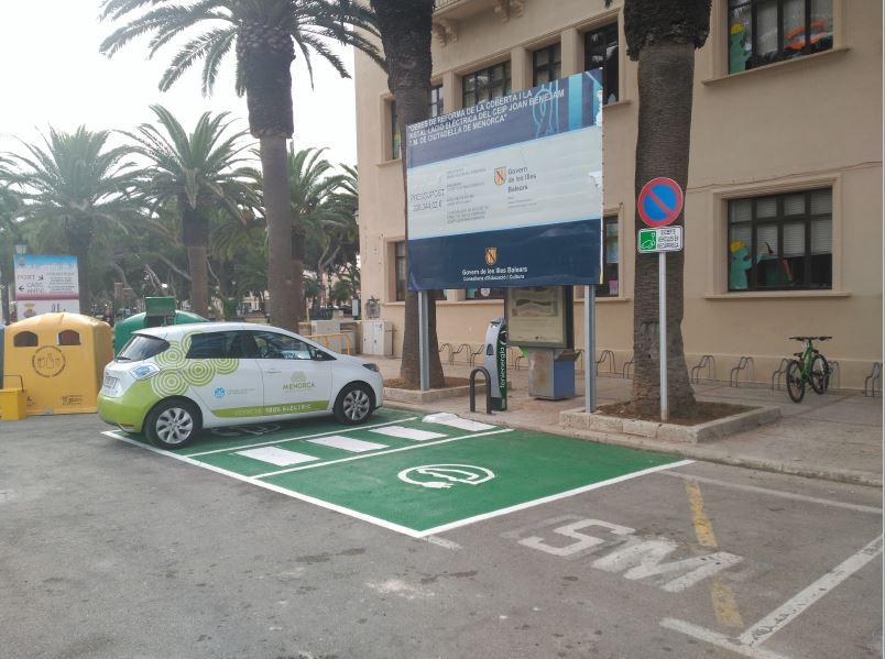 Coche eléctrico recargando en la Plaça d'es Born de Ciutadella