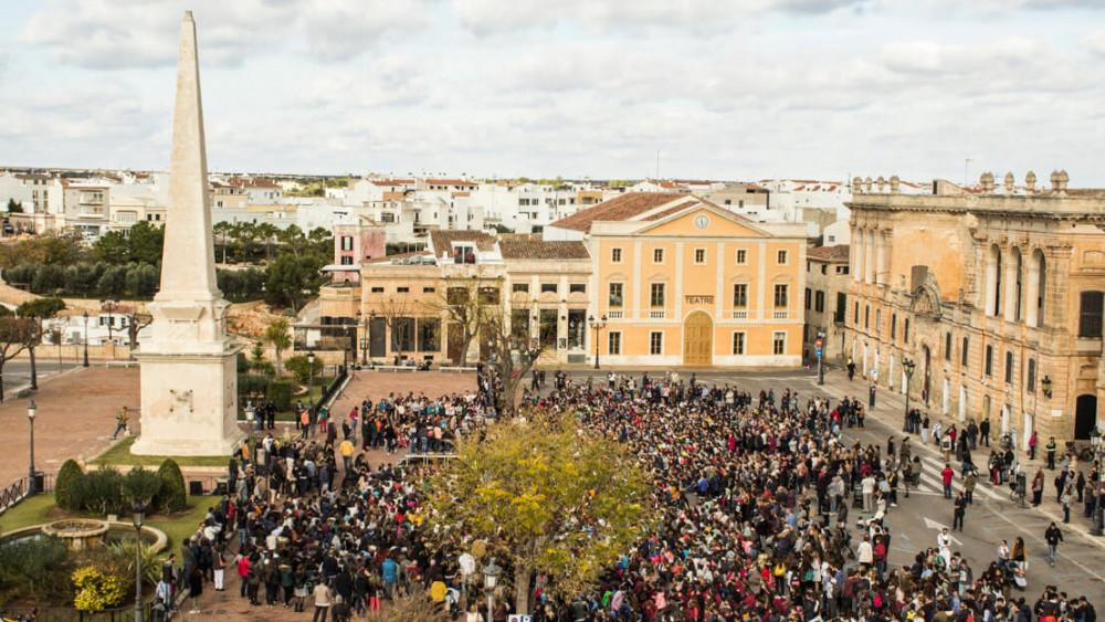 Imagen de .la plaza repleta de alumnos (Fotos: Ajuntament de Ciutadella)