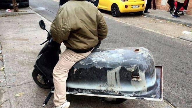 Imagen del conductor con la bañera en la moto.