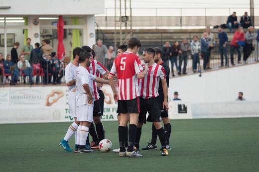 Luis y Biel dialogan con jugadores del Felanitx (Fotos: futbolbalear.es)