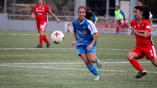 Ainhoa Seguí trata de alcanzar un balón (Foto: deportesmenorca.com)