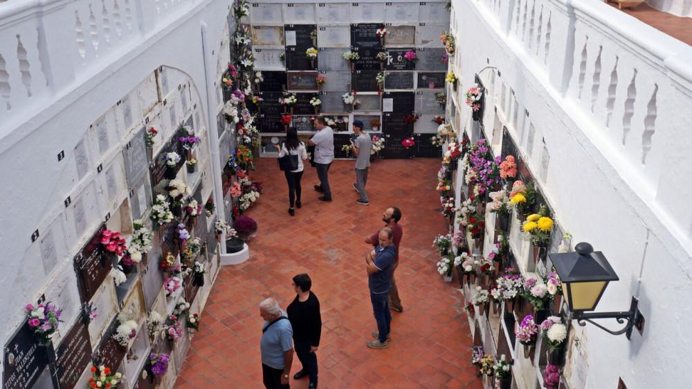 Visita al cementerio de Sant Lluís (Fotos: Ferrán Herrera y Tolo Mercadal)
