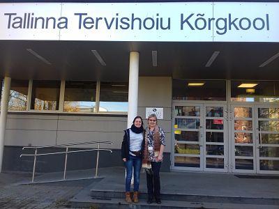 Sonia Agut, a la izquierda, con una compañera en Tallin.