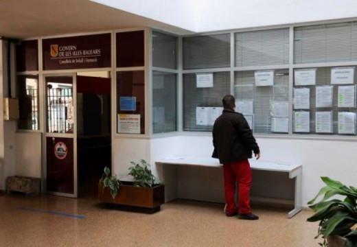 Un desempleado consulta las ofertas de empleo en una oficina del SOIB.