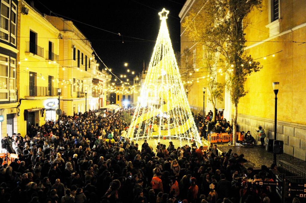 Las luces navideñas invitan a la población a salir y recorrer los comercios de la isla