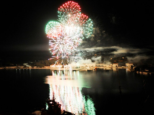 (Galería de fotos) Espectaculares fuegos artificiales para iluminar la Navidad en Maó