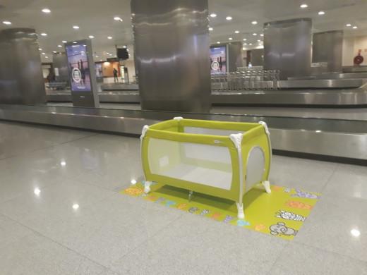 """Imagen del """"parque cuna"""" en la terminal de llegadas."""