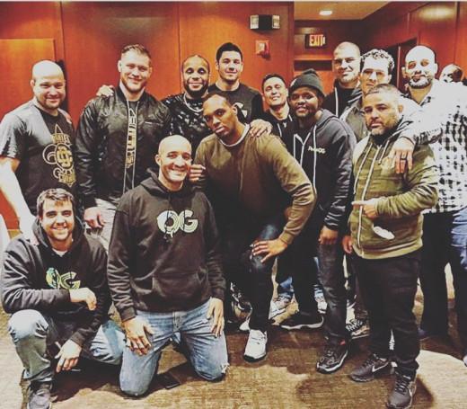 Frank Muñoz, en el centro de la imagen, junto a Cormier y su equipo.