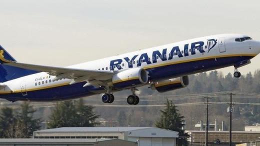 Un avión de Ryanair despegando.