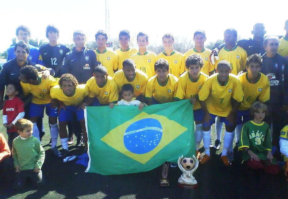 Neymar (número 7), Coutinho (10) y Casemiro (arriba), en el equipo que jugó en Sant Lluís (Foto: Mecup)