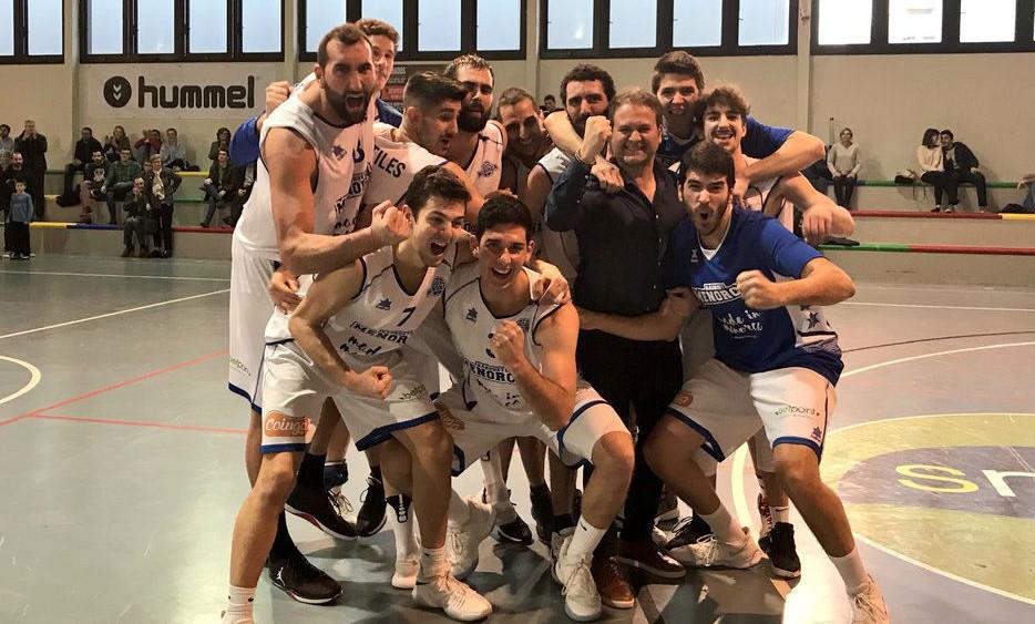 Selfie de la victoria a la conclusión del partido (Fotos: Bàsquet Menorca)