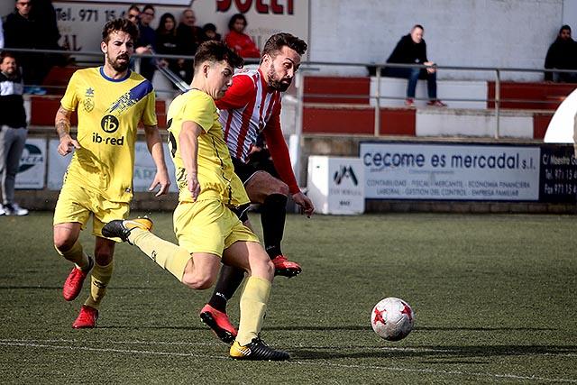 Rubén Carreras trata de alcanzar un balón (Fotos: deportesmenorca.com)