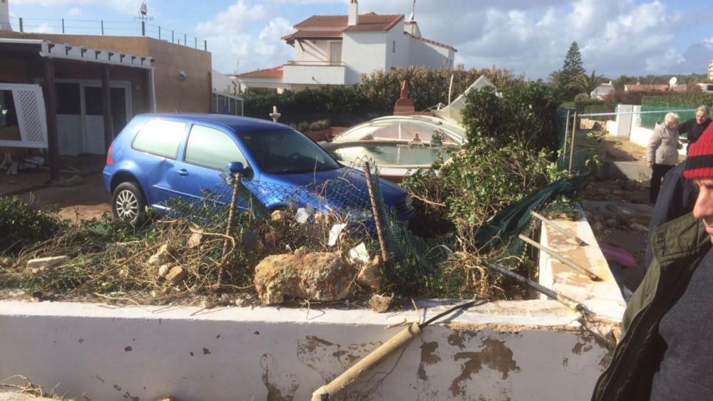 Muros y vehículos dañados por el temporal en s'Algar (Foto: Tolo Mercadal)
