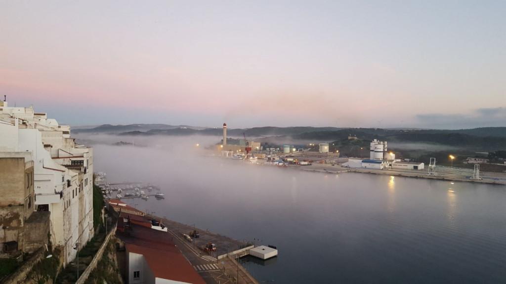 Imagen de la niebla cubriendo el puerto de Maó (Foto: Juan Valdelvira)