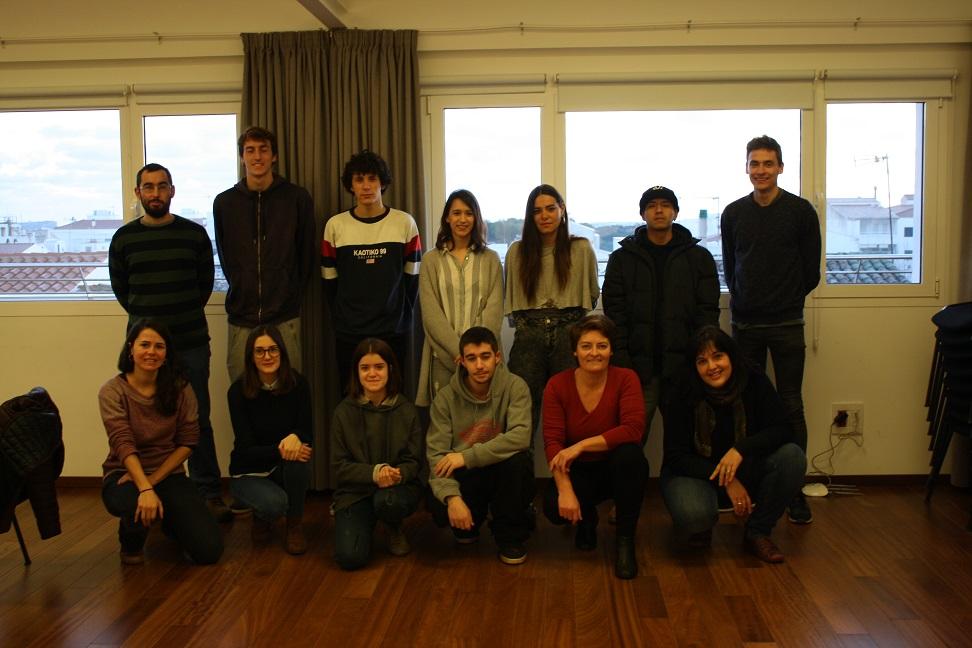 Alumnos y miembros del programa, junto a la alcaldesa Montse Morlà.
