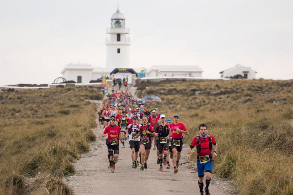 Imagen de la salida de la prueba en el Far de Cavalleria (Foto: biosport.org)