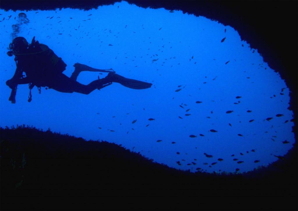 Muchas personas acuden a Menorca para practicar el buceo en sus claras aguas