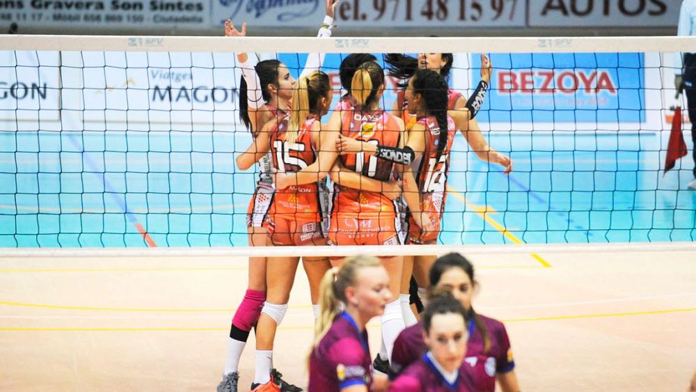 Las jugadoras del Avarca celebran un punto ante el Haro (Fotos: Tolo Mercadal)